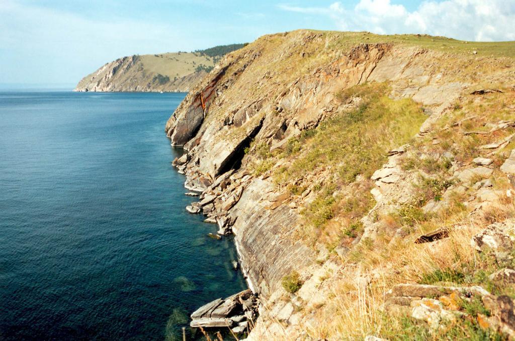 Почти голый скалистый мыс Арул, известный своими археологическими объектами, редкими растениями и живописными формами, каменными стенами обрывается к Малому морю.