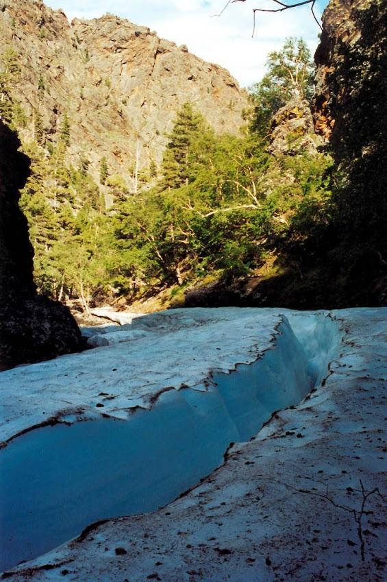 За долгую зиму наледи на байкальских речушках могут нарастать до 5-метровой толщины, а затем медленно таять все лето.