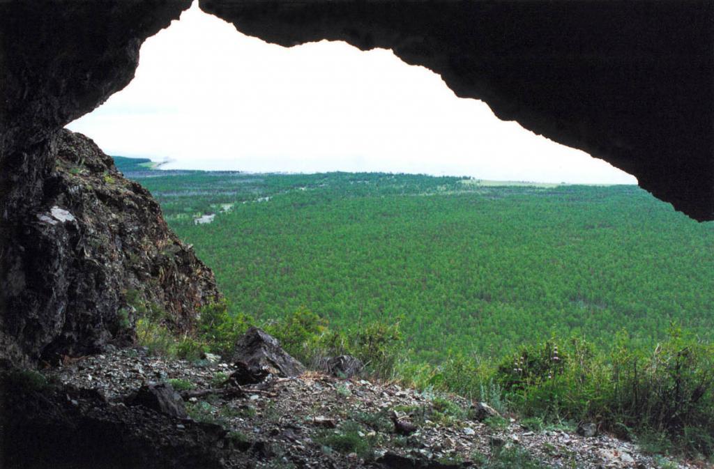 Из пещеры над мысом Покойники открывается панорама на побережье, покрытое лиственничными лесами