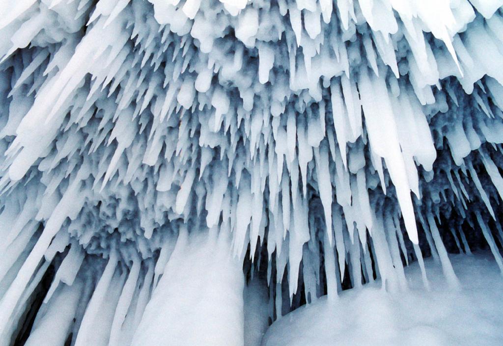 Разбившиеся на декабрьском морозе волны байкальского прибоя, стекая с потолка прибрежного грота, создали этот частокол сосулек.
