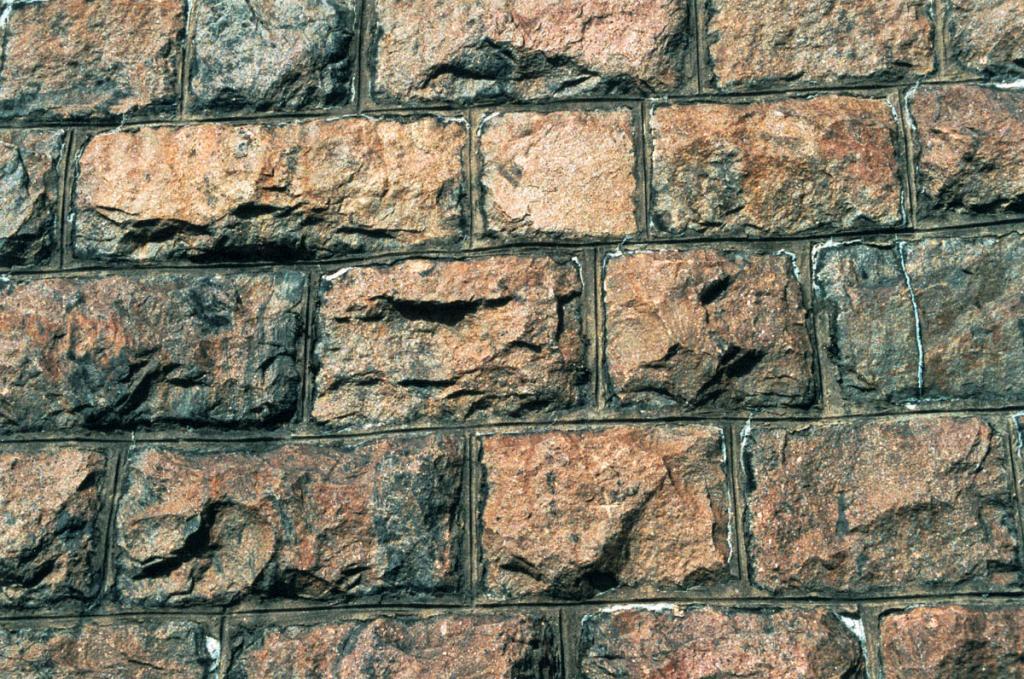 Великолепная каменная кладка одной из многочисленных подпорных стенок на Кругобайкальской железной дороге.