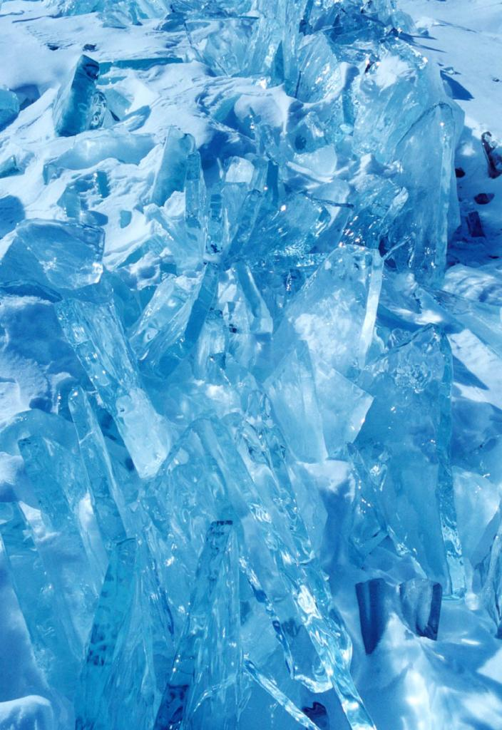 В морозную, безветренную погоду быстро образуется молодой, ровный и прозрачный лед, который систематически взламывается ветром и волнами и образует вместе со старым льдом ледяные нагромождения - торосы.