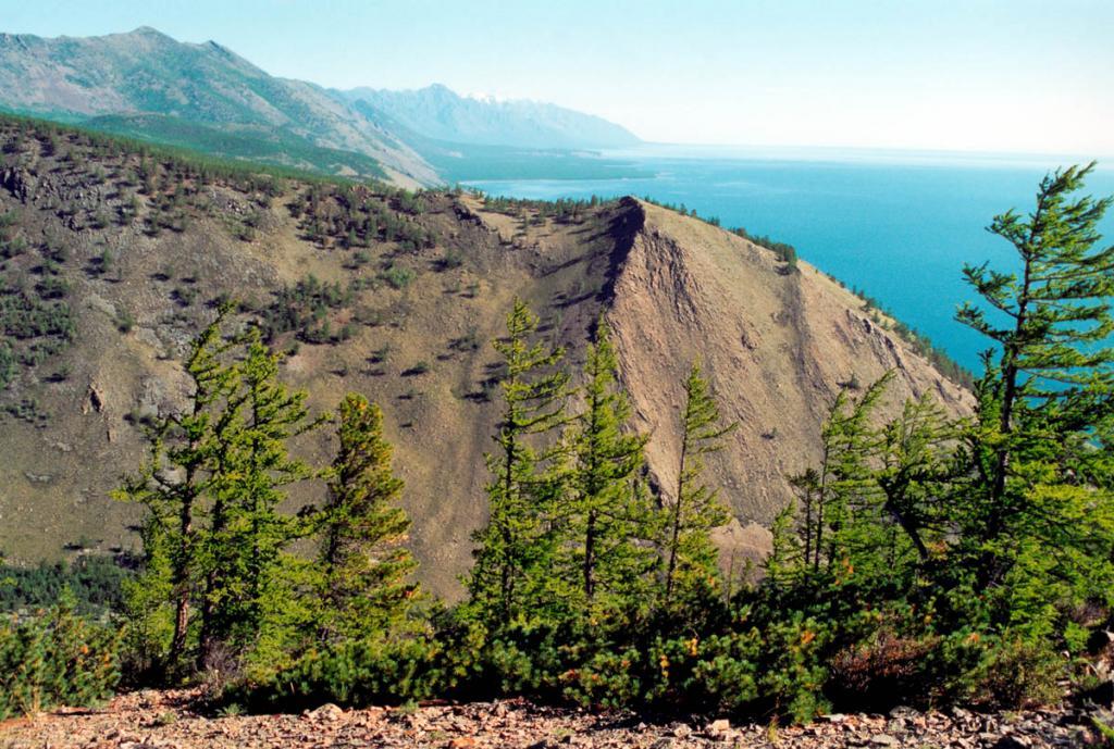 Заповеданный восточный макросклон Байкальского хребта в районе мыса Шартлай. Распадок внизу образовался вследствии сильнейшего 12-бального землетрясения.