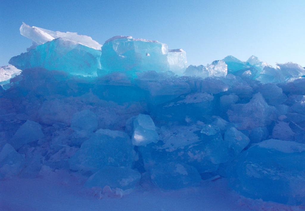 Байкальский лед, просвеченный лучами заходящего солнца.