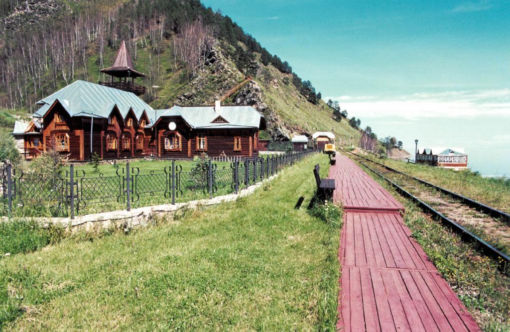 Сохраняя особенности старой архитектуры (в стиле модерн начала века), некоторые из деревянных строений на Кругобайкальской железной дороге восстанавливаются под базы отдыха, кемпинги и отели.