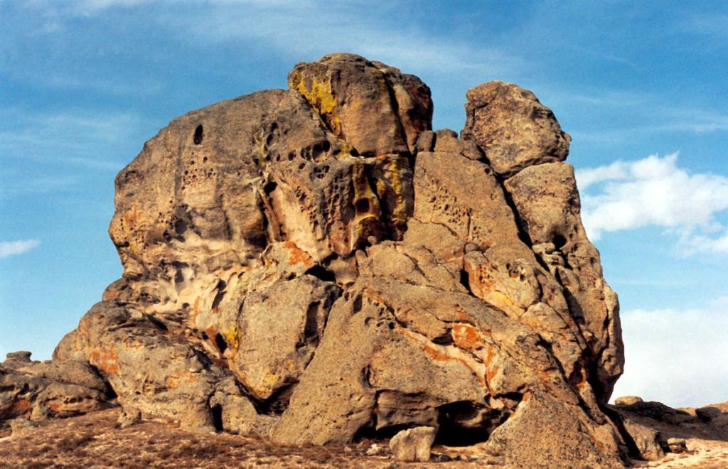 Живописная 7-метровая скала-останец на склоне горы вблизи п. Суво (Баргузинская долина, Икатский хребет).
