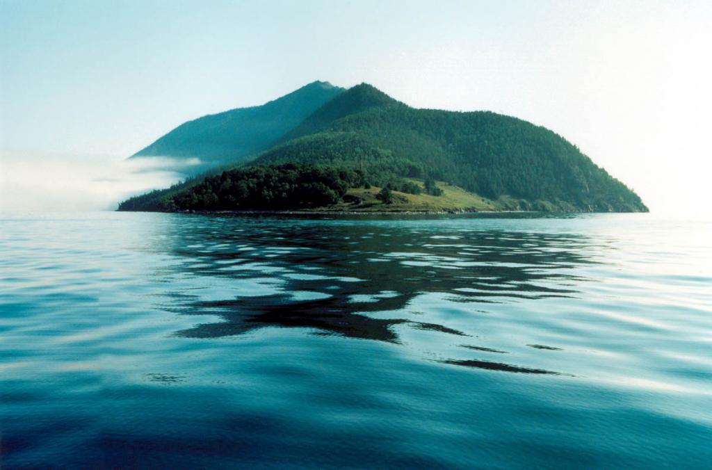 Так смотрится крупнейший на Байкале, полуостров Святой Нос, с юга (1 километр от Нижнего Изголовья).