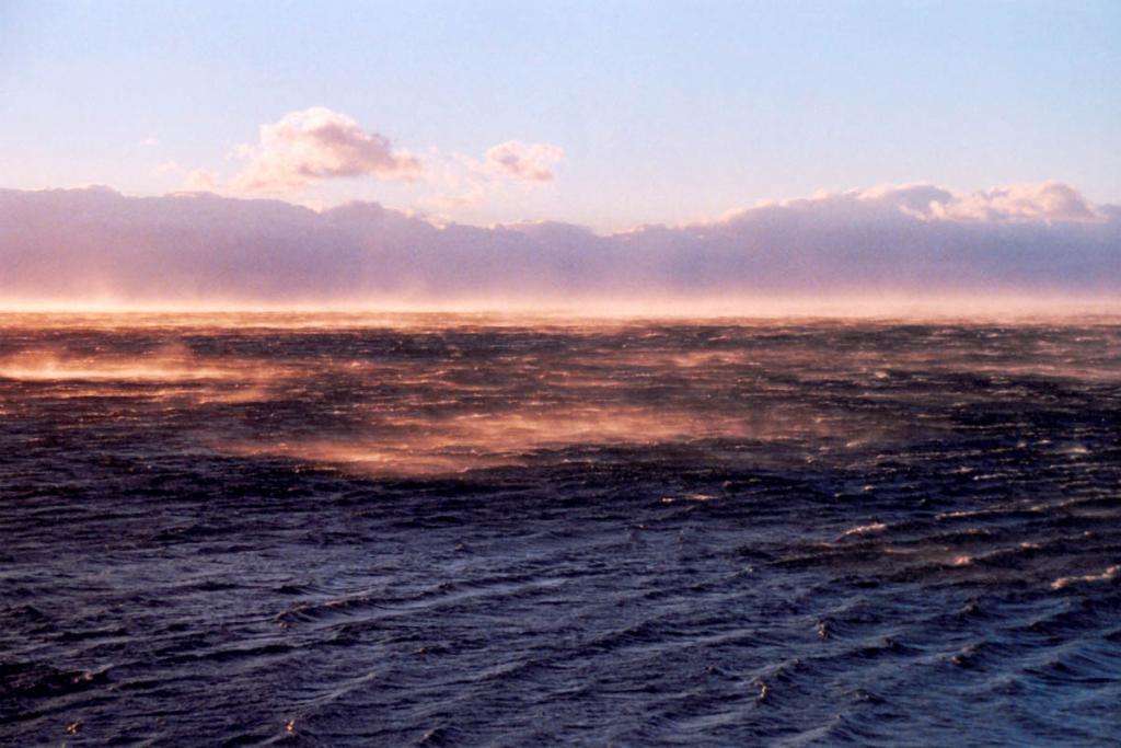 """Особой примечательностью байкальской котловины являются ветры, меняющие направления с сезонной и суточной периодичностью. Это является несомненным признаком климата морского типа. На снимке: дует """"Горная"""" - самый сильный, внезапный и непредсказуемый ветер на Северном Байкале. Снимок сделан на рассвете."""