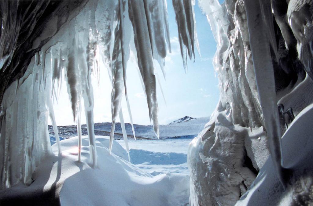 Зимой небольшие гроты скалистых маломорских островов превращаются в ледяные храмы.