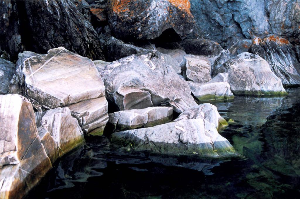 Камни у подножия древней меланжированной толщи на мысе Саган-Марян.