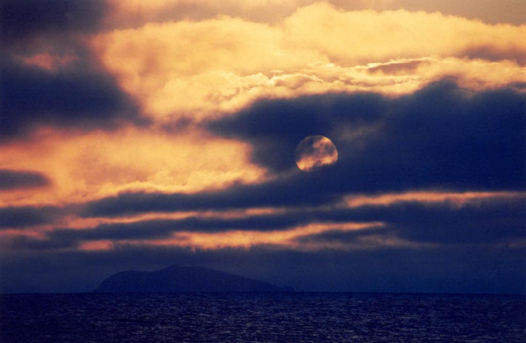 Солнце, наполнившее за день байкальскую землю теплом и светом, уступает свои права царице ночи. На снимке: остров Замогой в Малом море.