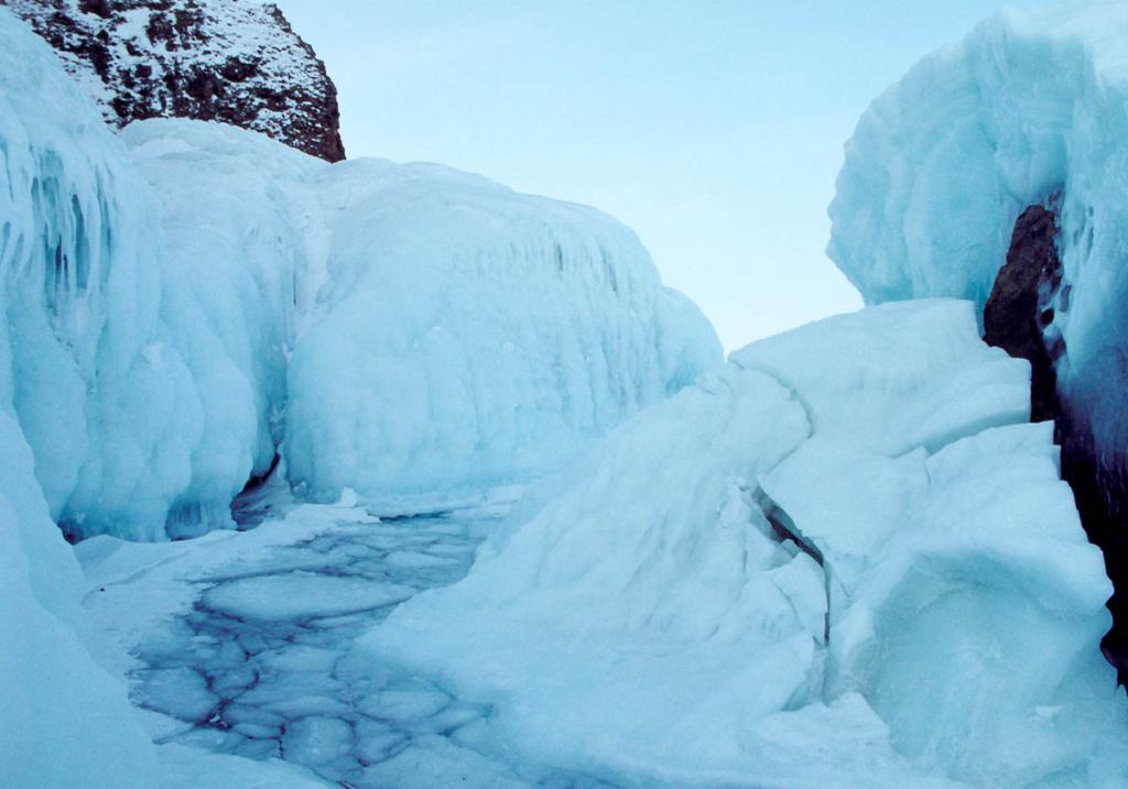 Ледяная полоса колобовника (лед из округлых льдин разного размера) между скалами у северной оконечности мыса Хобой (остров Ольхон).
