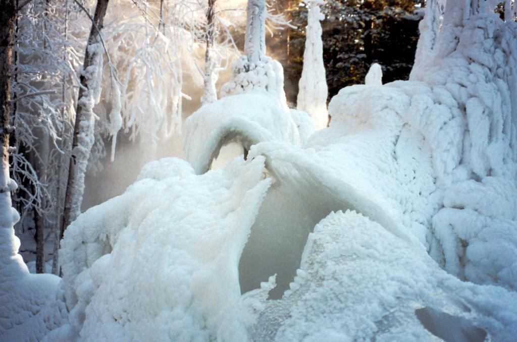 Выход горячей воды на геотермальном источнике Аршан (Тункинская долина) создает 2-х метровый ледяной купол редкой красоты.