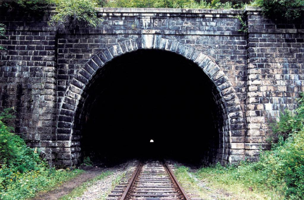 Северный портал тоннеля Половинного - самого большого на Кругобайкальской железной дороге. Его протяженность - 807 метров.