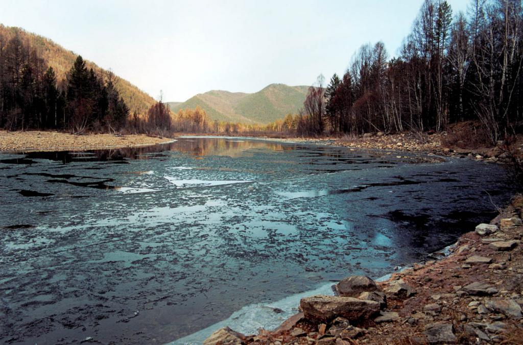 В первой половине октября горные реки Прибайкалья начинают покрываться льдом. Но общему ледоставу предшествует несколько дней, в течение которых по рекам несет шугу - тонкий лед, образующийся ночью и тающий днем.