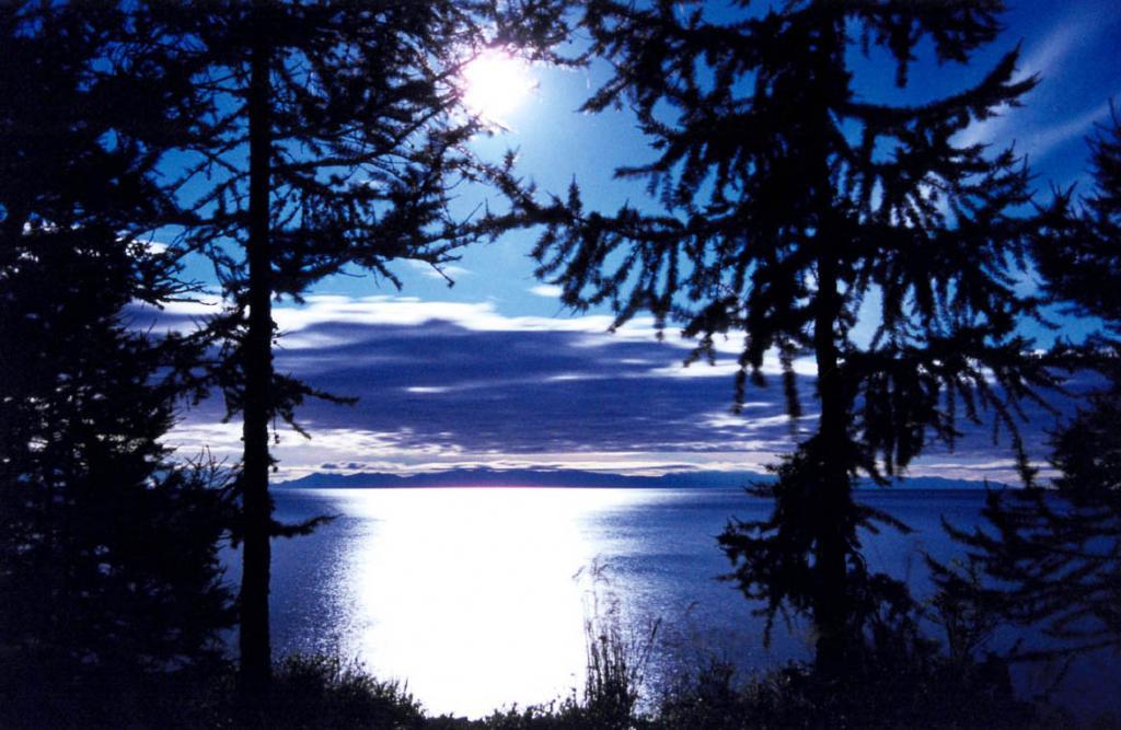 В лунную ночь на Северном Байкале сказка становится былью. Снимок сделан с мыса Заворотный.
