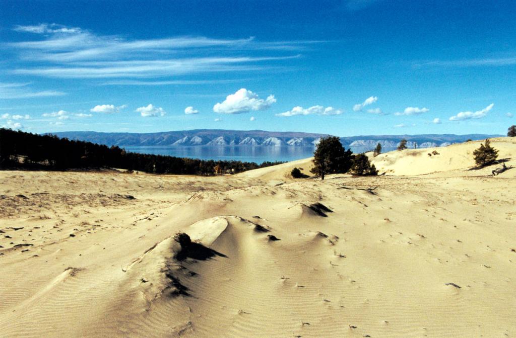Сильные северо-западные ветры привели к образованию живописного дюнного рельефа в урочище Песчанка. Площадь барханного участка занимает около 3-х квадратных километров. Это самые крупные песчаные отложения на берегах Байкала.