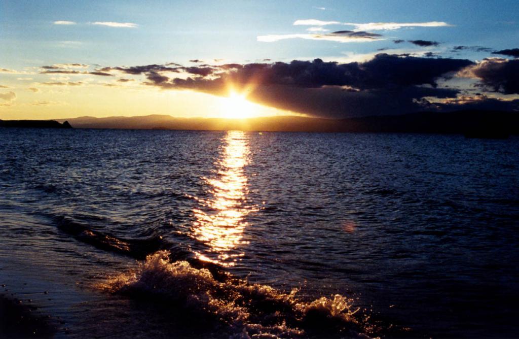 Привет Силам Природы Байкала! На снимке: закат в Малом море, слева виден мыс Бурхан.