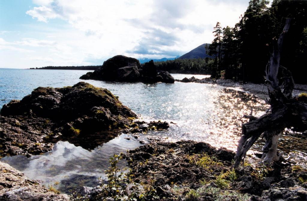 Северо-западное побережье у мыса Елохин (на горизонте). На снимке: в 2 километрах севернее мыса.