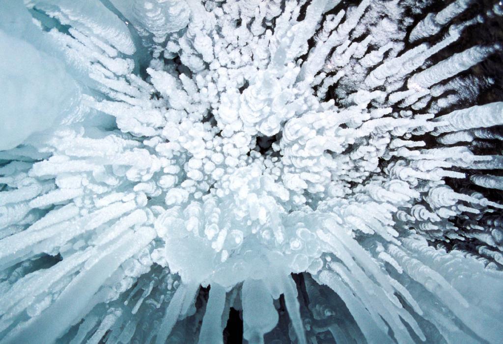 С потолков многих байкальских гротов зимой свисают тысячи сосулек разнообразной формы.