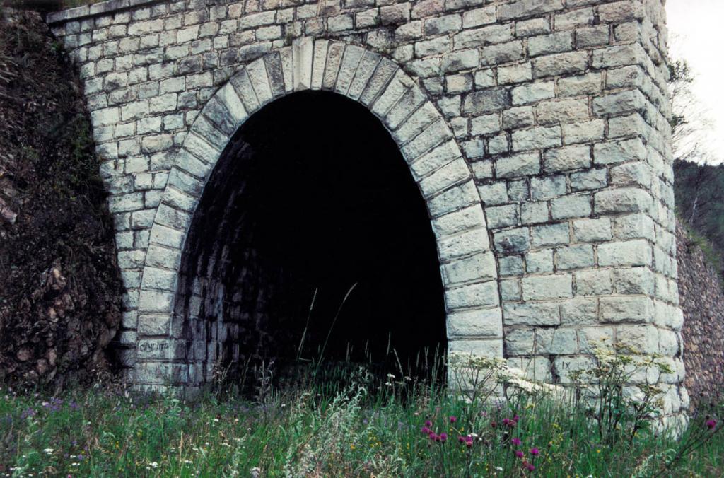 Цвет камней для тоннелей Кругобайкальской железной дороги подбирался с учетом цвета окружающих пород. Все строения гармонично вписываются в береговой ландшафт.