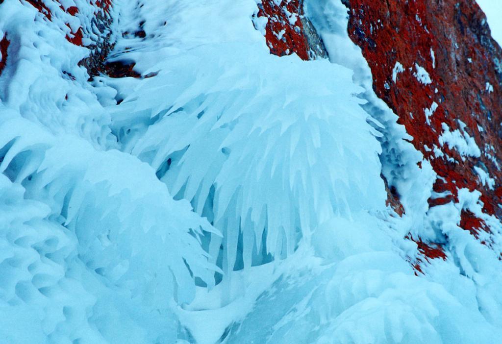 """Ледяной 1.5-метровый """"георгин"""" образовался на отвесной скале мыса Хобой на 10-метровой высоте. Одна из редких ледяных фантазий зимнего Байкала."""
