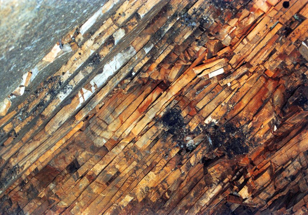На мысе Саган-Марян обнажаются древние ( по порфироидам нижнего протерозоя возраст оценивается в 1845 - 1900 млн. лет) переслаивающиеся породы одного из структурных комплексов Байкало-Мамского зеленокаменного пояса.
