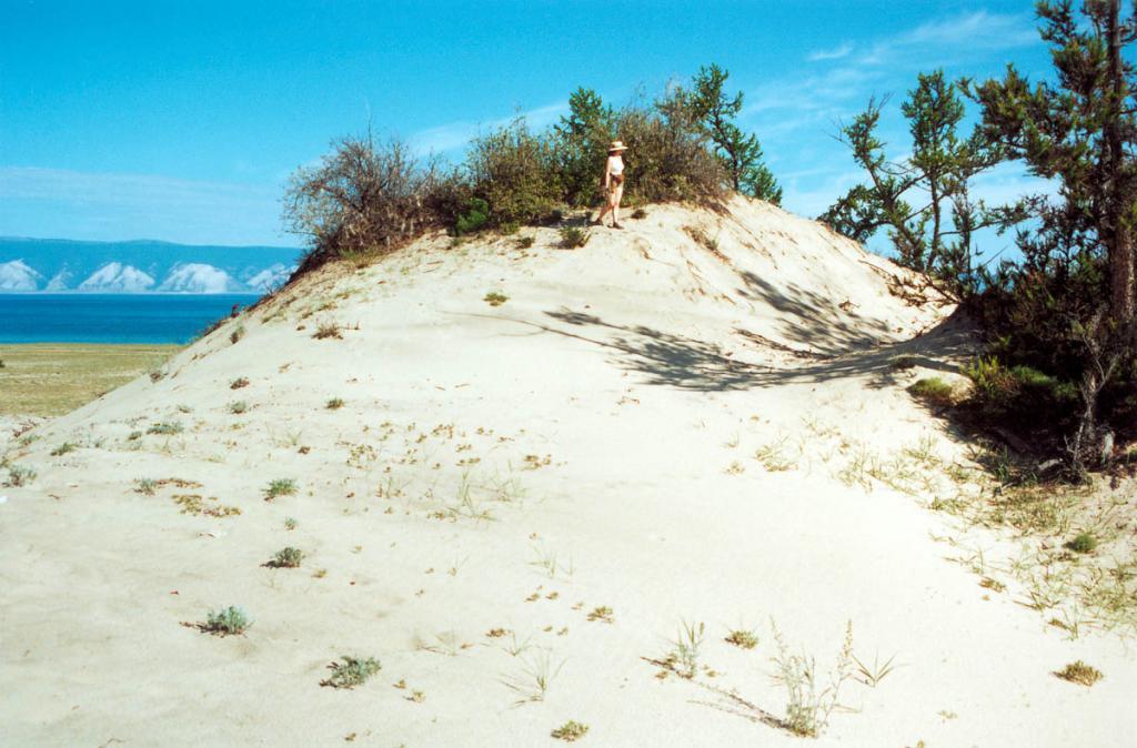 Между каменной подковой севера и скалистыми мысами юга Ольхона встречаются эоловые участки песка с дюнами и холмами. На снимке: дюны в урочище Песчанка достигают 7-метровой высоты.