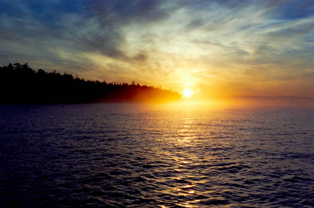 Новый день начался на Байкале. На снимке: рассвет у мыса Заворотный.