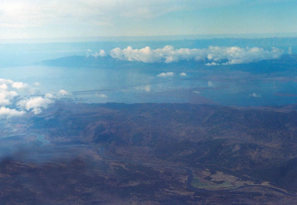 Востановив генезис форм рельефа в районе святоносского перешейка, ученые пришли к выводу, что в прошлом полуостров Святой Нос был островом. В недавнем прошлом (голоцене) пролив, отделявший полуостров от материка, при накоплении осадков, выносимых рекой Баргузин, был перехвачен песчаными валами. На снимке: сделан с самолета (5300 м над ур. м.), видно, какую площадь занимает водное зеркало на святоносском перешейке в настоящее время: в центре справа - озеро Арангатуй, в центре - болота урочища Магкой Карги,