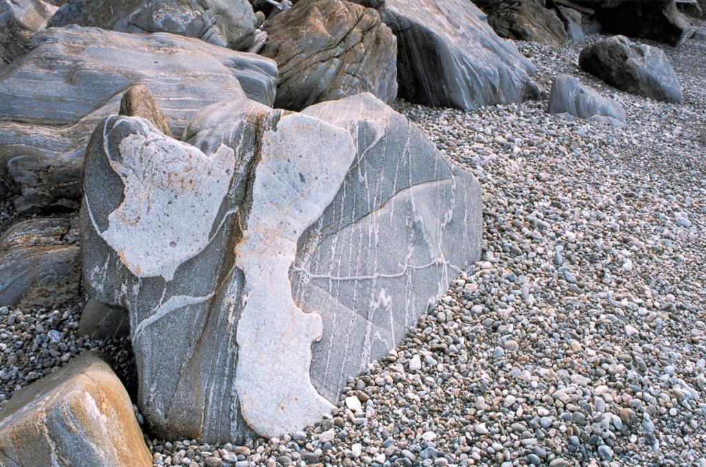 Камни на берегу Байкала (мыс Саган-Марян).