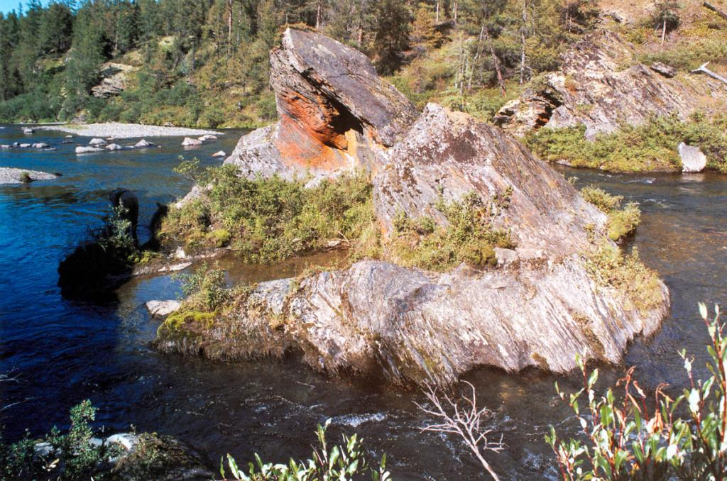 Скала на реке Лена. Верхнее течение, 25 километров от истока.