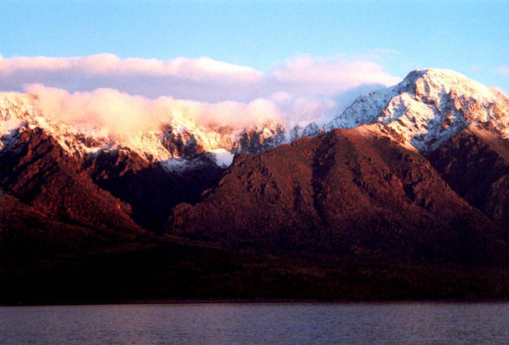 Вершина горы Елбырь (2001 м. над ур. м. Байкальский хребет) первой встречает не только лучи рассвета, но и снег.