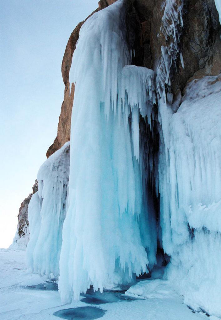 В отдельные годы высота ледяных наплесков на мысе Хобой может достигать 15 метров. С северной стороны мыса, на уровне воды, занавес из огромных льдин и сосулек скрывает два просторных грота, один из которых уходит под скалу на 20 метров.
