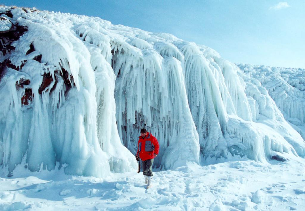 У края сибирского моря. На снимке: красивейший (зимой) берег Ольхона у мыса Елгай.