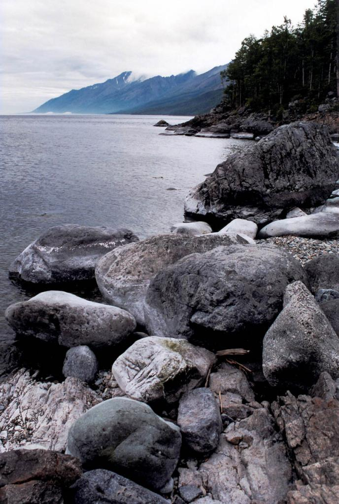 Валуны в устье р. Ледяная (северо-западный берег).