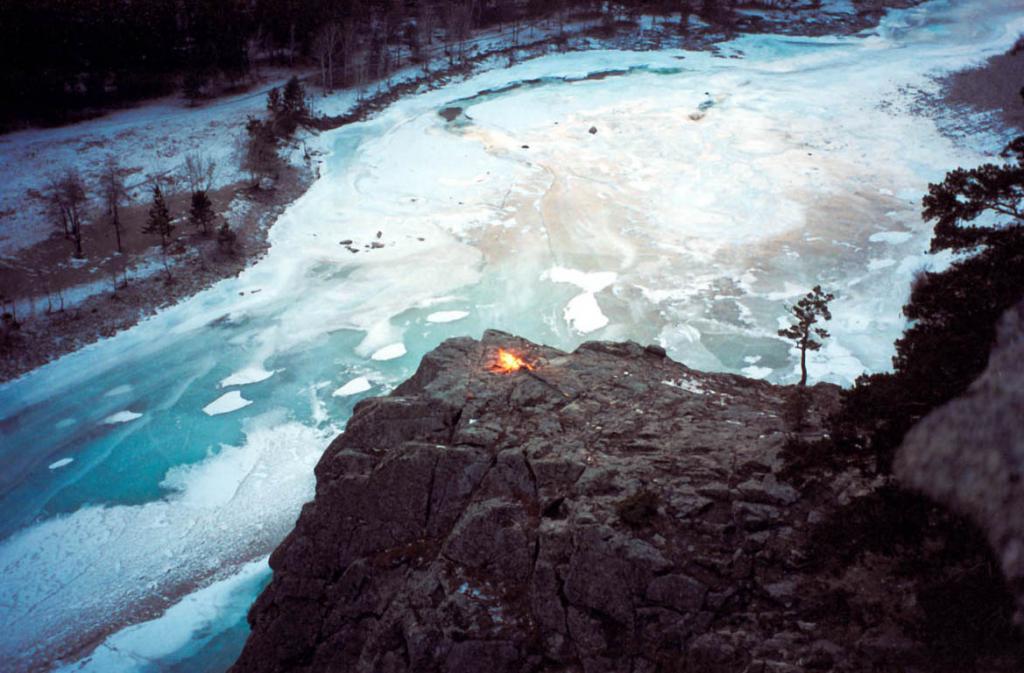 Скала над рекой Ина вблизи п. Юбилейный. Икатский хребет.