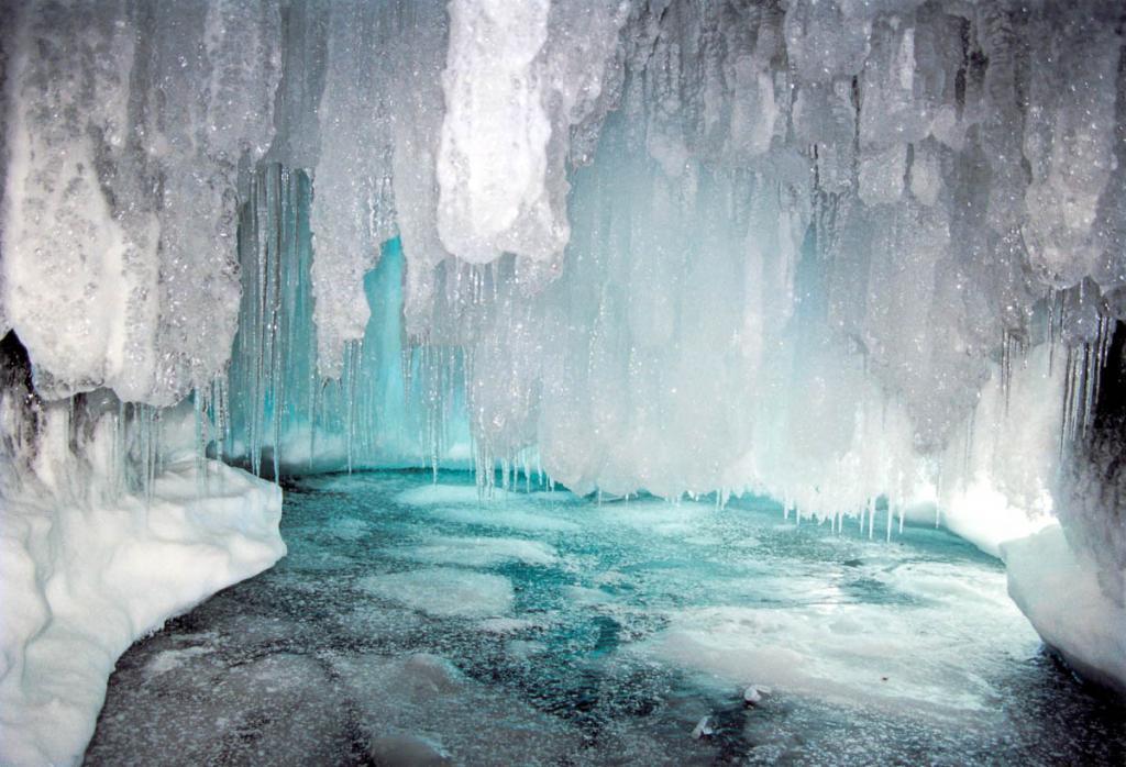 На западном берегу острова Ольхон из-за сильных зимних штормов образуется множество сказочно красивых ледяных гротов.