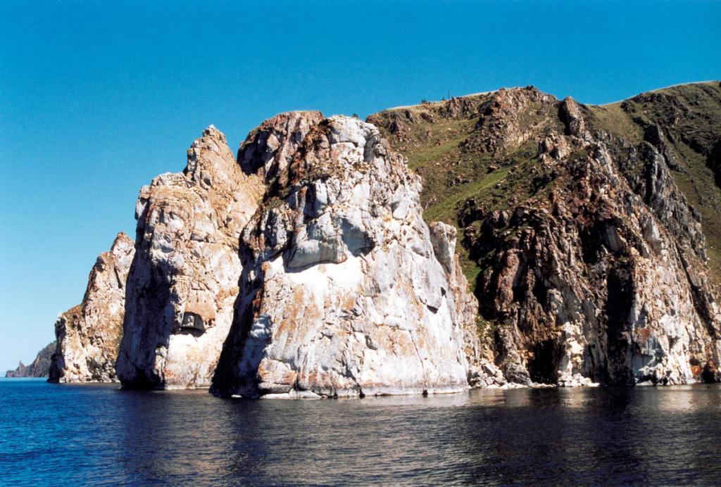"""Саган-Хушун - """"Белый мыс"""" - чрезвычайно живописный скалистый мыс протяженностью около 1 километра, сложен из мраморов светлых тонов, густо покрытого лишайником. Находится в 4 километрах южнее северной оконечности Ольхона."""