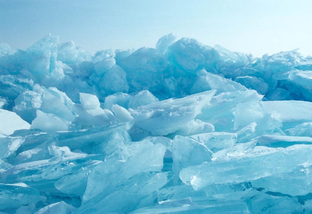 Ледяные бугры, образующиеся при подвижках льда вдоль становых трещин, могут достигать 10-12-метровой высоты.