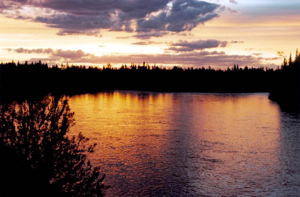 Водосборный бассейн озера Байкал составляет 540034 квадратных километров и охватывает около 5000 рек, из числа которых 1053 имеют длину, превышающую 10 километров. На снимке: вечер на р. Лена у п. Чанчур.