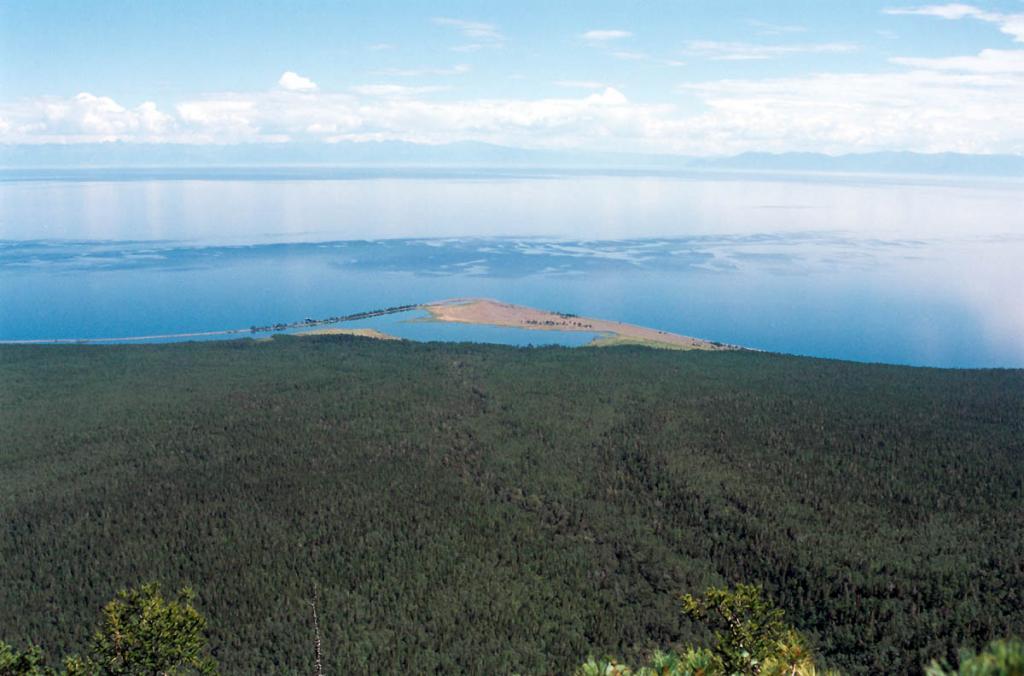 Конус мыса Малого Солонцового заканчивается степным участком с лагунным озером. Байкало-Ленский заповедник.