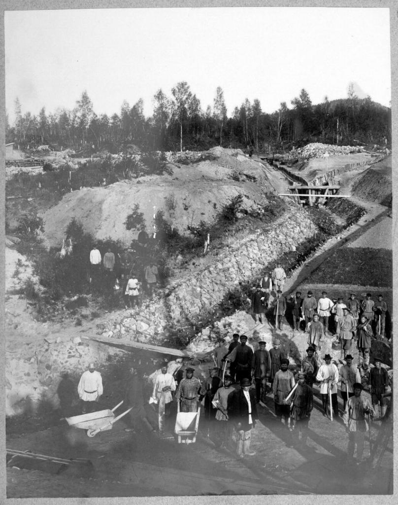 Строители железной дороги на дренажных работах.