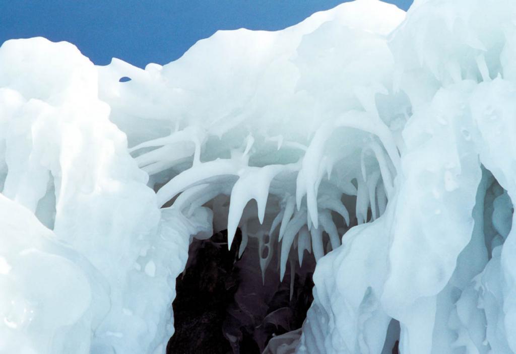 """Вершины байкальских сокуев часто имеют форму направленных вниз огромных """"рогов""""."""