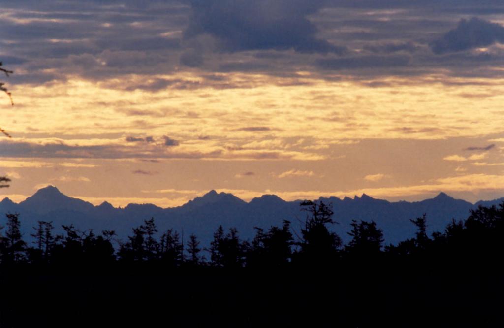 В вечернем небе четко видны контуры Баргузинского хребта. Снимок сделан (400 мм. объективом) с мыса Малый Солонцовый - до вершин 100 - 110 километров!