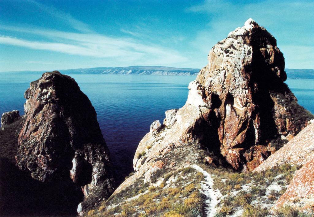 У пирамидальных скал Саган-Хушуна (иногда их называют Три Брата) по узкой тропинке можно спуститься к воде.