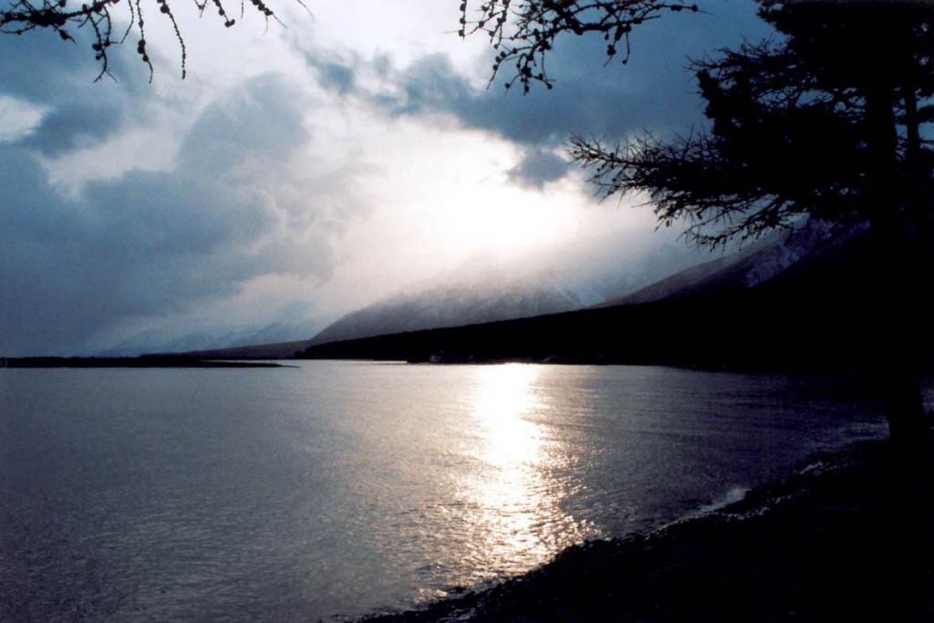 """Бухта Заворотная в начале ноября: суровая облачность на закате перед ветром """"Горная""""."""