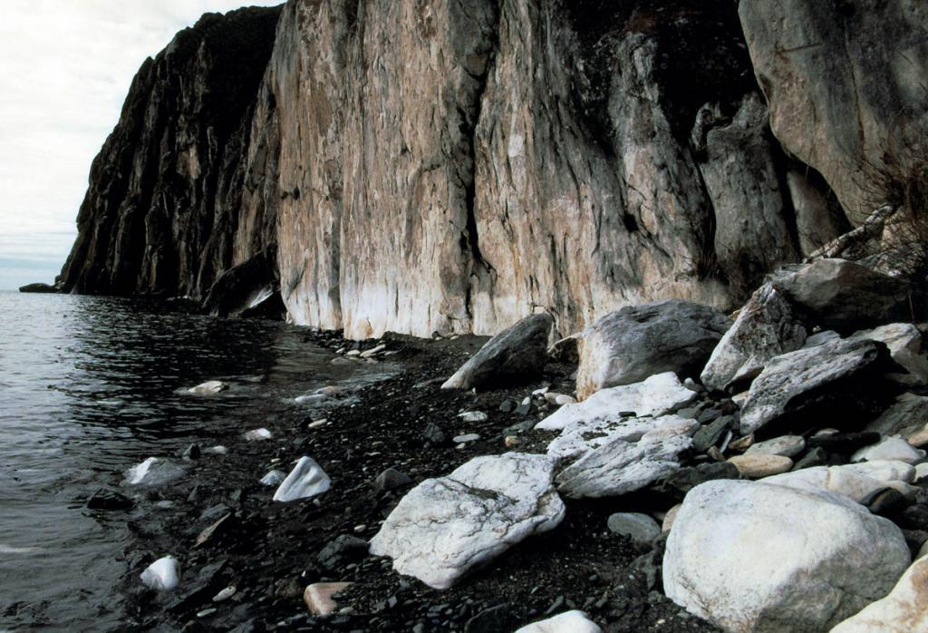 На территории, прилегающей к Байкалу, распространены метаморфические, осадочные и магматические породы в возрасте от архея до кайнозоя. На снимке: камни на берегу у скалы Саган-Заба (западное побережье).