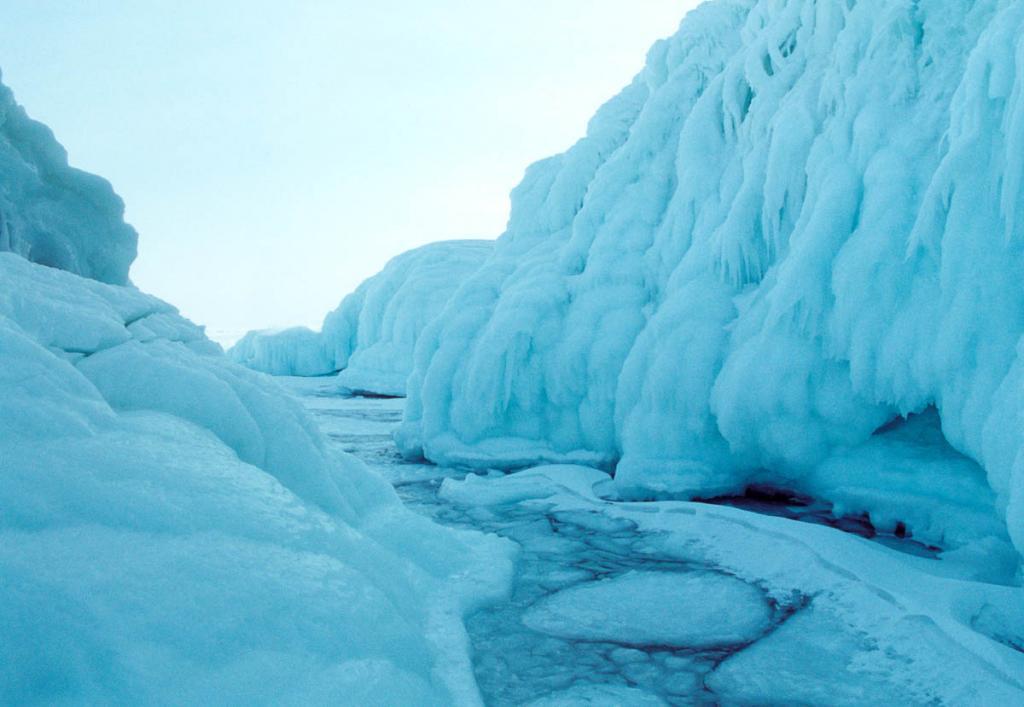 Береговые сокуи у северных скал Ольхона нередко имеют более чем 6-метровую толщину.