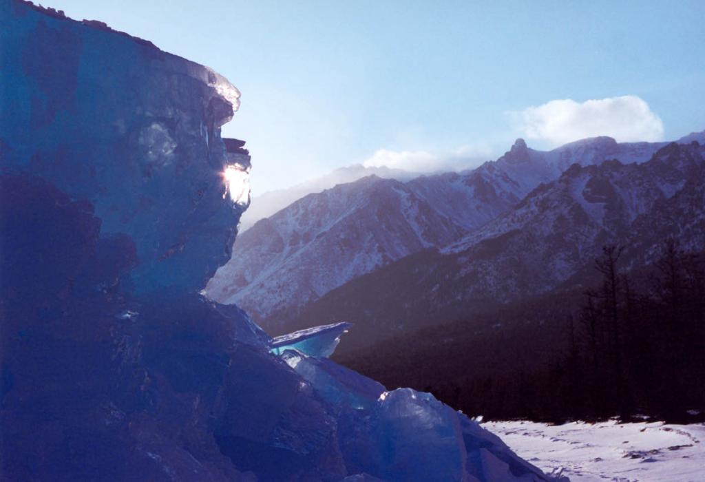 На закате солнце просвечивает огромные 4-метровые льдины у надвига на мысе Заворотный.
